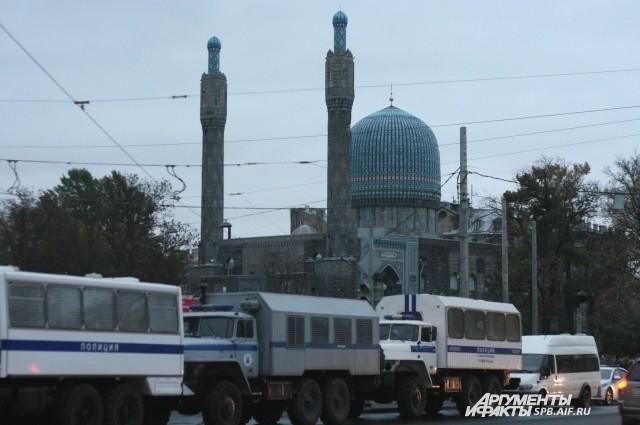 Полиция охраняет празднование Курбан-байрама в Петербурге