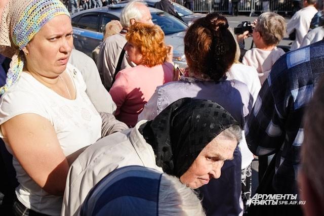 Участники крестного хода держали в руках иконки с молитвами