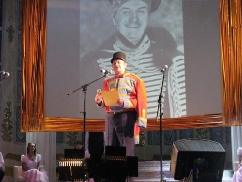 Начинаем знакомиться с конкурсантами. Юрий Мелешко, 72-х лет, приехал на конкурс из Псковской области. Будучи участником вокального ансамбля, он настолько поразил представителя жюри от «АиФ», что стал победителем в нашей номинации «За настоящий рыцарский