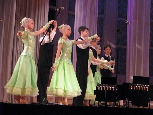 Пока жюри выбирало победителя, на сцене выступал детский коллектив Дворца культуры.