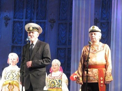 Взяв с собой ансамбль песни и танца «Лужанка», Аркадий Иванюженко спел такую близкую всем нам, жителям портового города, песню: «По морям, по волнам. Нынче здесь, а завтра там», - пел Аркадий Ефимович