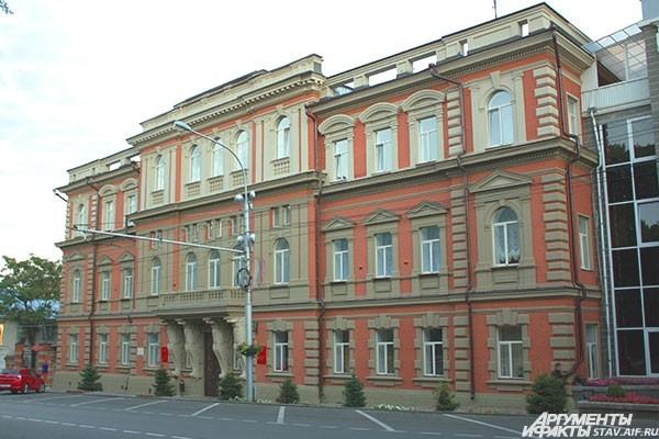 Здание городской администрации и думы.