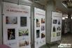 В холле размещались стенды с фотографиями