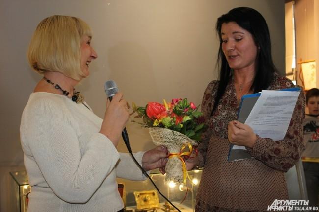 Посетители выставки благодарят куратора  Ирину Лебедеву за такую прекрасную выставку