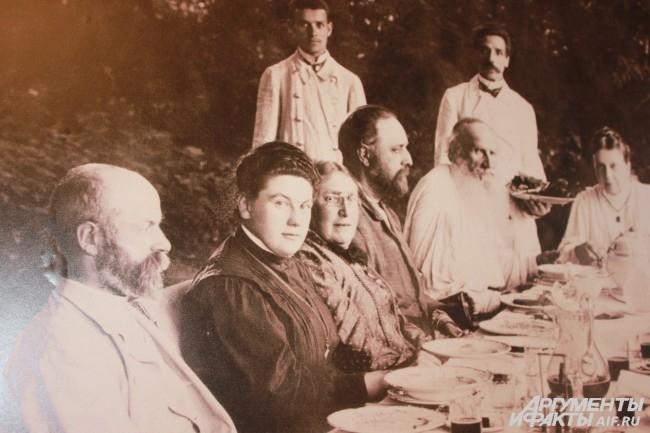 Толстой в кругу семьи и гостей