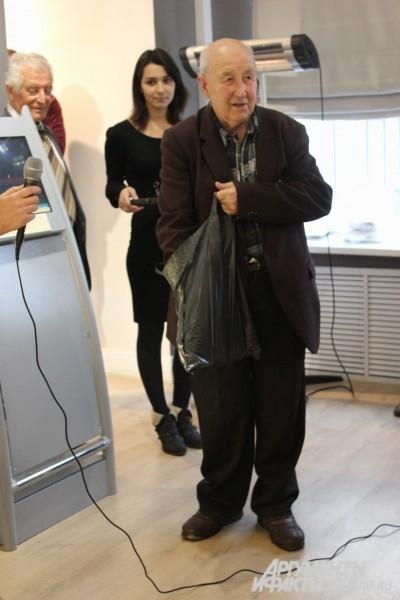 Старейший коллекционер Тульской области Валерий Леонидович Большаков носит своих «любимцев» в простом пакете