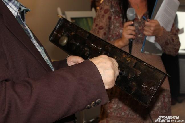 Большаков показывает зрителям, как работает музыкальный сундучный замок