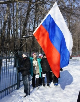 Как всегда – соревнования начинаются с поднятия государственного флага России.