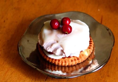 Воздушное пирожное с живыми ягодами