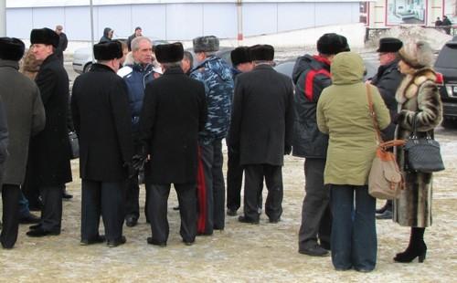 VIP-гости расходиться не спешили, вдыхая свежий морозный воздух и коротая время в неторопливой приватной беседе.