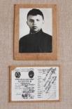 Последняя прижизненная фотография Александра Матросова и его комсомольский билет.