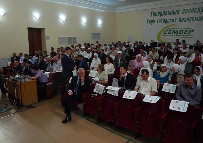 В зале каждого участника Курултая ждал экземпляр духовно-просветительской газеты мусульман Ульяновской области «Путь к свету».