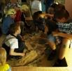 Юные палеонтологи откапывают древнего ящера.