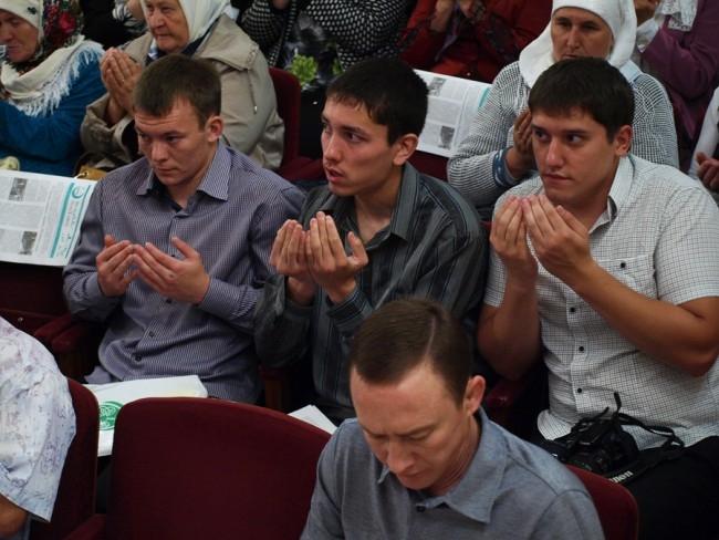 Заседание началось с молитвы.