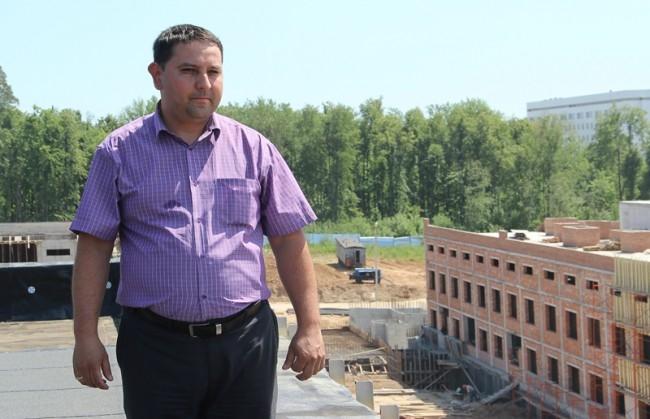 Главный инженер строительства  Наиль Гадельшин осматривает площадку с самой удобной точки наблюдения.