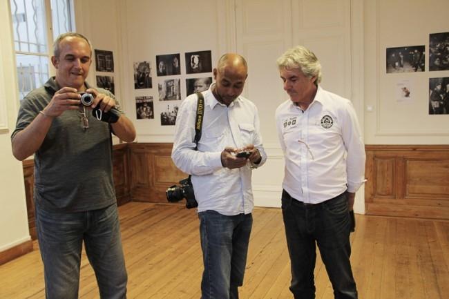 Ари – организатор и вдохновитель выставок в окружении любителей фотоискусства из Бордо.