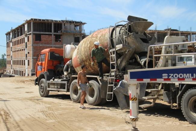 Бетон приготавливается прямо на стройплощадке.