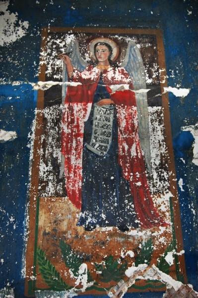 Местами сохранилась роспись храма.