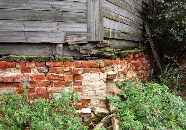 Фундамент до сих пор держит стены.