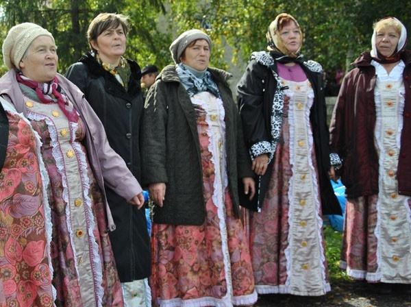 У дома культуры пели бойкие бабушки
