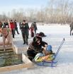Малышей в ледяную крещенскую воду не окунали, но многие подвозили саночки и коляски к купелям и умывали ребятишек освященной водой.