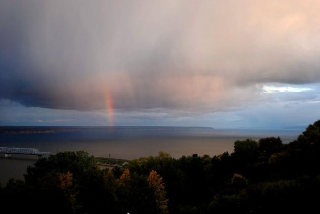 Осенний парк, облака, Волга и кусочек радуги.