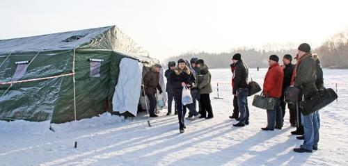 А можно было совершенно бесплатно! Палатки МЧС, разделенные на «м» и «ж» были доступны для всех желающих.