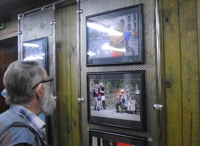 Перед открытием посетители внимательно изучили выставленные работы.