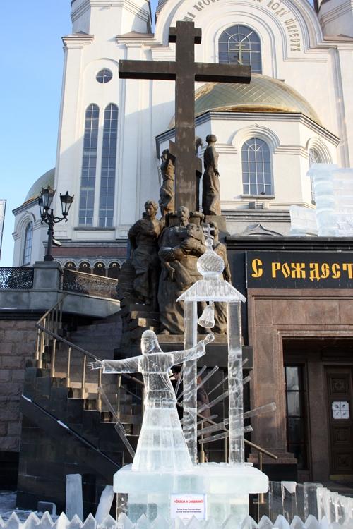 Площадка, где будет стоять та или иная работа определялось путем жеребьевки. Скульптура «Спаси и сохрани!», поистине, на своем месте…