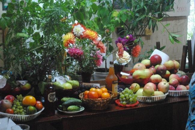 В садоводческом товариществе «УАЗ №1» - традиционный праздник урожая «Дары природы» с выставкой овощей, фруктов и всяческих напитков.
