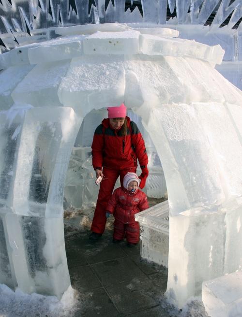 Войти внутрь ледяной пещеры стремятся и взрослые и дети.