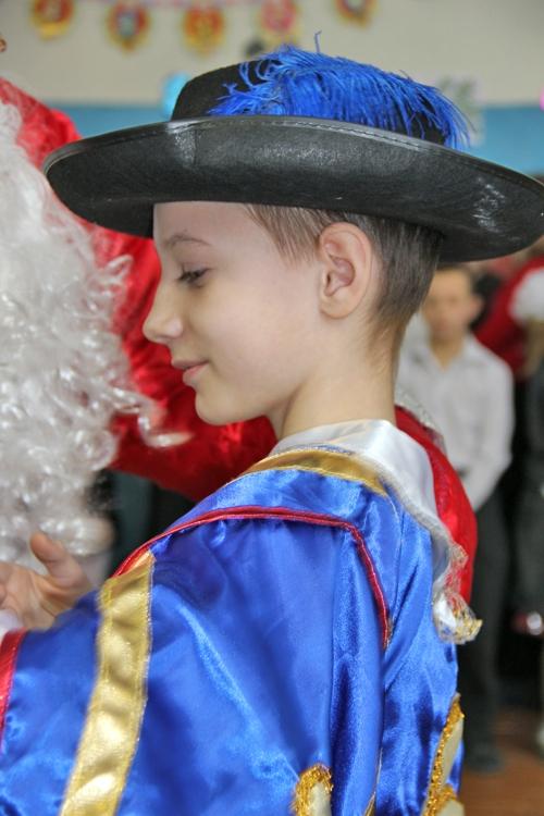 …Многие по поводу столь радостного события нарядились в маскарадные костюмы.