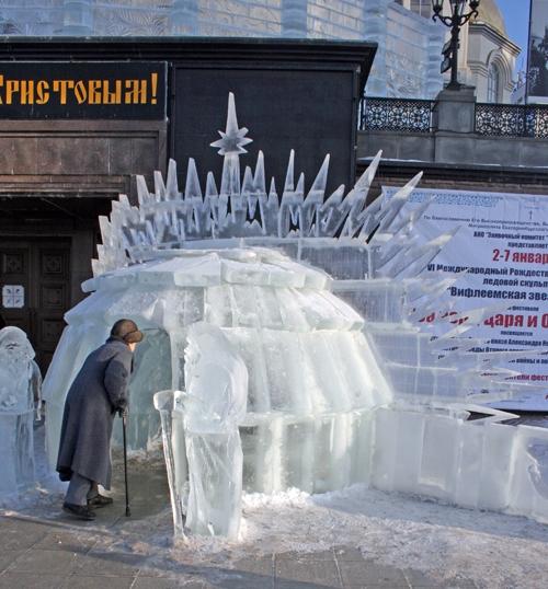 Рождественский вертеп возле Храма-на-Крови – не конкурсная работа. Однако он также сделан изо льда…