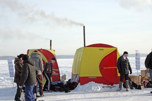 В этом году на озере были установлены вот такие мобильные палатки-печки. Любой желающий совершенно бесплатно мог погреться в них после купания в проруби.