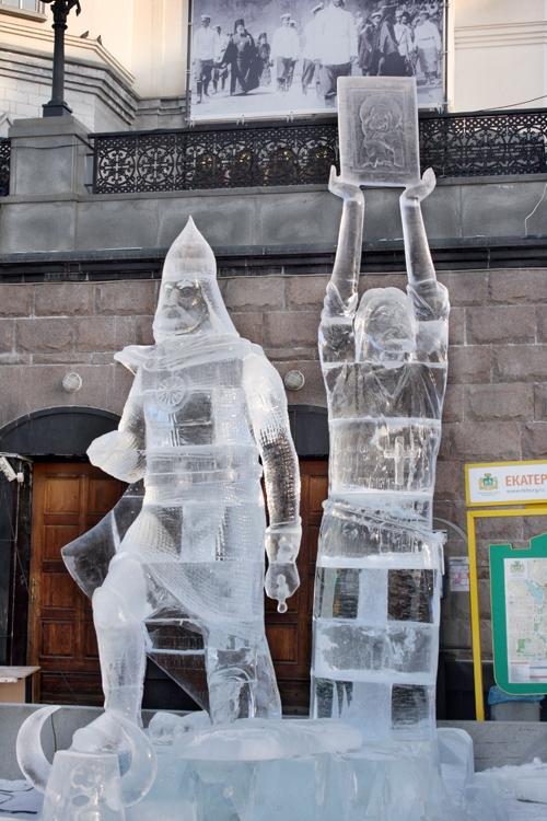 Идеальная температура для работы со льдом – 15-16 градусов мороза. Средний Урал же встретил конкурсантов слабым «минусом». Однако мастера постарались, и в итоге природный материал сверкает на зимнем солнце, словно хрусталь.