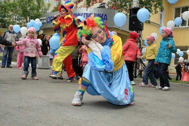 2.Мероприятие было обречено на веселье, поскольку главными его ведущими были симпатичные клоуны
