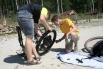 Перед началом соревнований участники готовили свои велосипеды и разминались