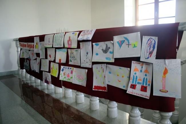 На этих рисунках, которые можно было увидеть в музее «Патриаршее подворье», дети изображали то, что хотели бы подарить царю Николаю II в его день рождения