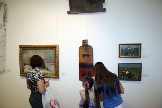 На выставке «Круг солнца» были представлены не только живописные полотна, но и предметы домашнего обихода