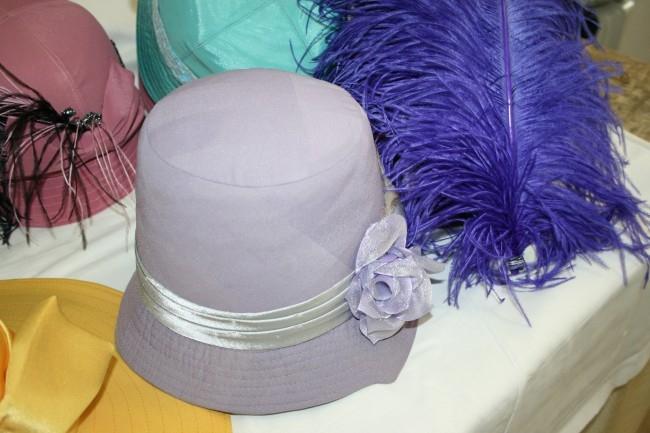 Шляпки для «Герцогини из Чикаго» занимают все поверхности цеха головных уборов. Их будет более сотни