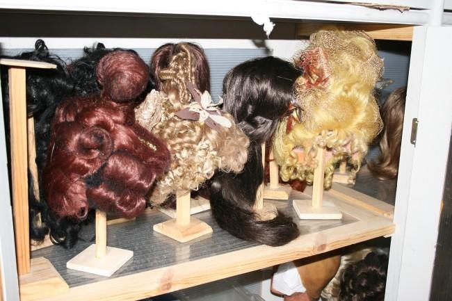 Искусственный волос используется потому, что натуральный плохо держит форму