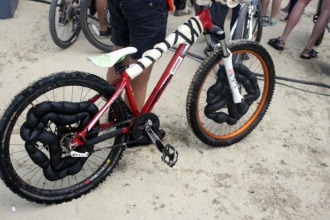 Такие приспособления не позволяют велосипеду утонуть, удерживая его на поверхности водоема