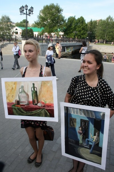 Юные художники решили организовать свою собственную выставку - передвижную