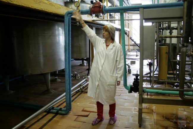 Все сотрудники на производстве обязаны носить такую униформу: чистота на фабрике - вторая религия...
