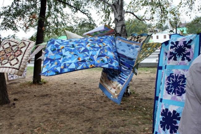 Лоскутные одеяла вовсю полоскал ветер