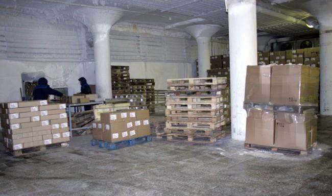 Ежедневно с конвейера сходит более 300 тысяч единиц лакомства. В этом ледяном царстве свежее мороженое ожидает отправки на продажу. И ждет недолго - спрос большой