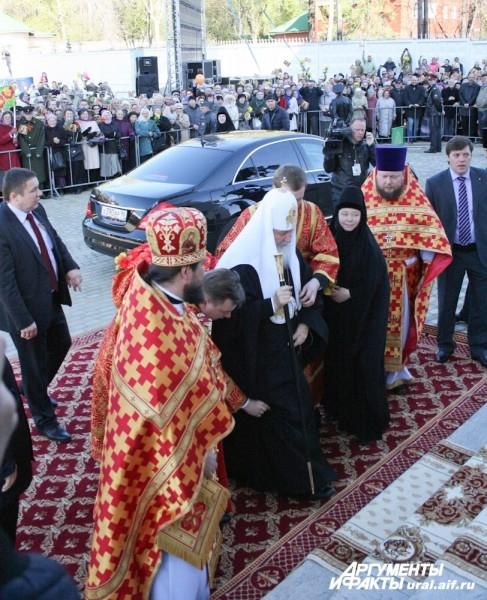 Кортеж доставил Патриарха Кирилла прямо к собору Александра Невского.