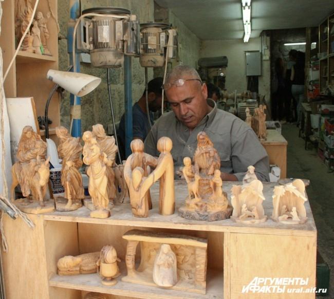 На торговых улочках Вифлеема ремесленники работают на глазах у паломников и туристов.