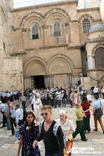 Храм Гроба Господня – огромный комплекс. Он разделен между несколькими конфессиями христианской церкви, каждой из которых выделены свои пределы и часы для молитв.
