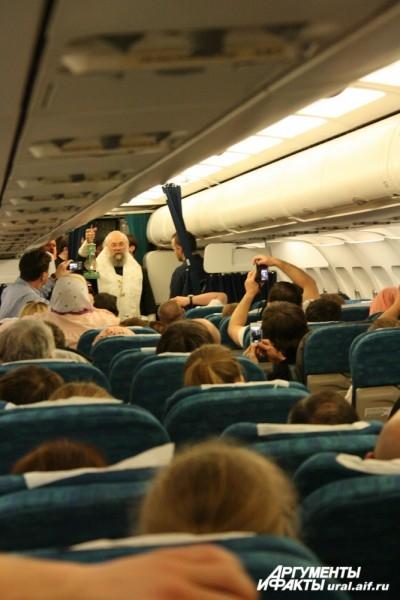 Пасхальное богослужение епископ Нижнетагильский и Серовский Иннокентий провел прямо в самолете по пути в Екатеринбург. В руках у Владыки – лампада с благодатным огнем.